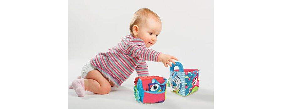Ludi Cube en Tissu Pour L'éveil De Bébé 10 X 10 X 10 Cm. Multiples Activités Sensorielles Qui Attirent La Curiosité. Différentes Couleurs Motifs Et Textures. Développe La Dextérité 30038